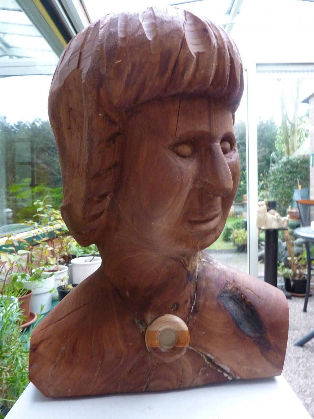 borstbeeld met medaillon, appelbomenhout