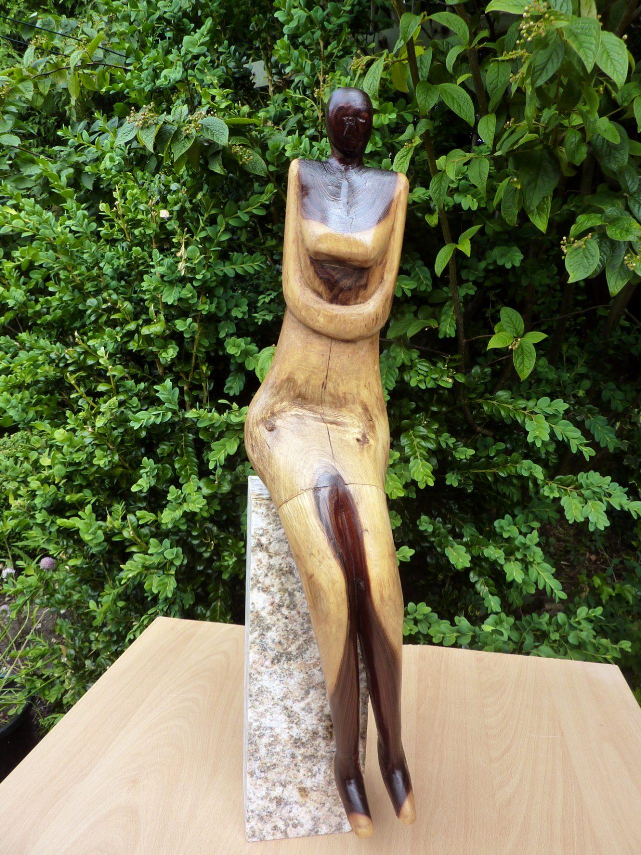 dame zittend op een paal, goudenregenhout