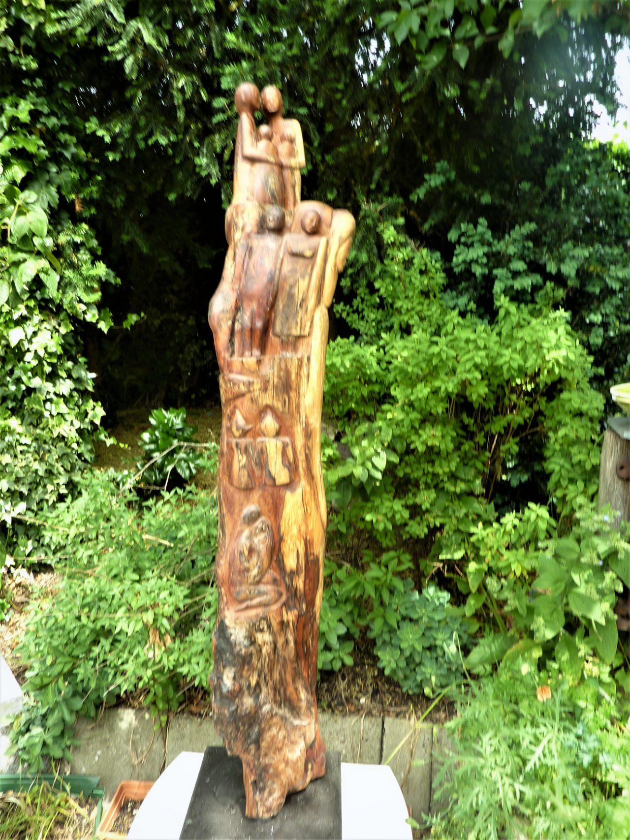 paal met figuren o.a gezin, vogels en dieren, Taxushout
